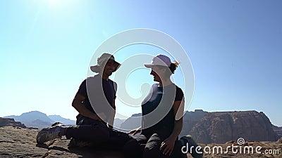 Relation d'un couple actif amoureux, homme et femme assis au bord de la montagne et jouant drôle, équipe familiale clips vidéos