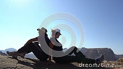 Relation d'un couple actif amoureux, homme et femme assis au bord de la montagne jouit de la vue, équipe familiale clips vidéos