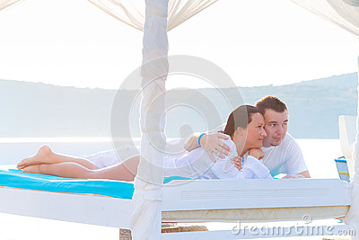 Relaxamento na cama branca luxuosa no mar