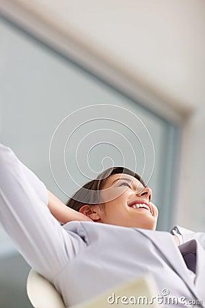 Relaxamento novo da mulher de negócio, olhando para cima