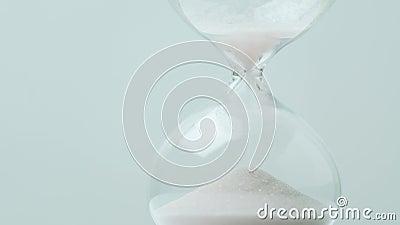 Reloj de arena moderno con el fondo gris para el espacio de la copia Concepto para el plazo, la urgencia y el funcionamiento del  metrajes