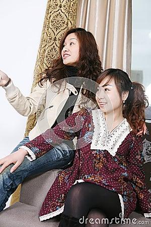 Reloj TV de dos chicas jóvenes