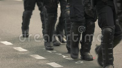 Relpolitie die op weg lopen stock video