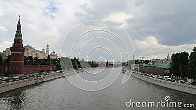 Remblai de la rivière de Moskva près de Moscou Kremlin et le trafic quotidien, Moscou, Russie banque de vidéos