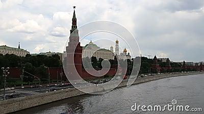 Remblai de la rivière de Moskva près de Moscou Kremlin et le trafic quotidien, Moscou, Russie clips vidéos