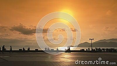 Remblai et place centrale dans la vue de mer de Nha Trang vietnam Coucher du soleil avec le soleil dans des couleurs jaunes banque de vidéos