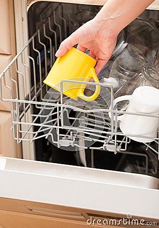 remettez mettre une tasse dans un lave vaisselle image libre de droits image 32505546. Black Bedroom Furniture Sets. Home Design Ideas