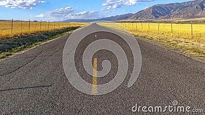Remix conceptuel de la route panoramique horizontale le long de la montagne sous un ciel brillant dans l'Utah banque de vidéos