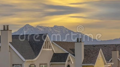 Remix conceptuel du toit des maisons contre la montagne et le ciel dans l'Utah clips vidéos