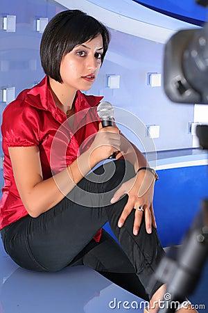 Repórter da tevê no estúdio