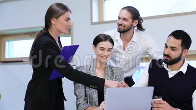 Reparto de asunto Gente que sacude las manos en la reunión en oficina almacen de video