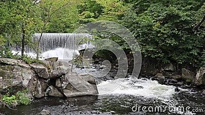 Represa e corredeira do moinho no rio de Yamaska em Granby, Quebeque video estoque