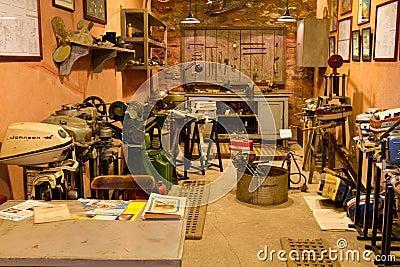 Reproducción del taller del reparador del motor Foto de archivo editorial