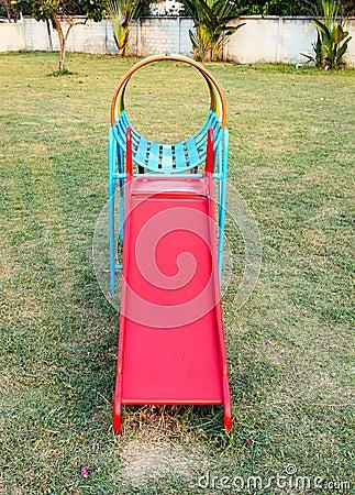 Resbalador colorido en patio