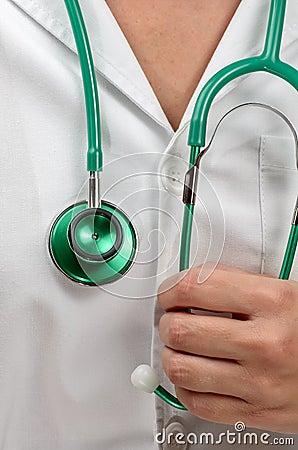 Residente do doutor com um stetoscopio verde