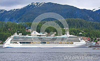 Resplandor de Alaska del barco de cruceros Ketchikan de los mares Imagen de archivo editorial