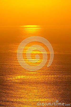 Resplandor de la salida del sol del océano