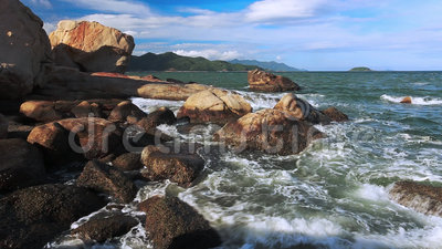 Ressaca do mar Ondas que quebram nas rochas e nos penhascos Nha Trang, Vietnam filme