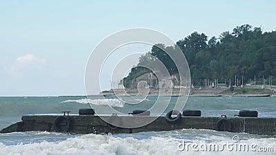 A ressaca pesada acena deixar de funcionar na costa durante o impulso de tempestade da força do vendaval video estoque
