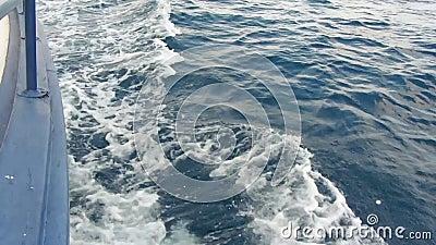 Ressacs avec le battement de mousse contre le bateau pendant le bateau courbe de mouvement flottant par la mer banque de vidéos
