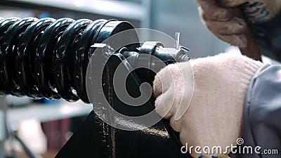 Ressort de noir de fixation de travailleur pendant l'amortisseur d'assemblée à l'ensemble industriel banque de vidéos