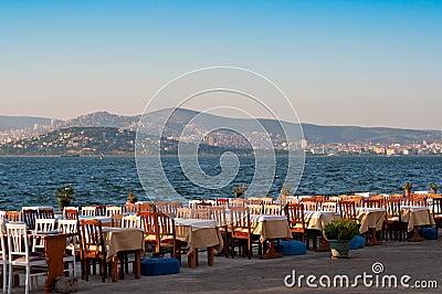 Restaurante vacío cerca del mar