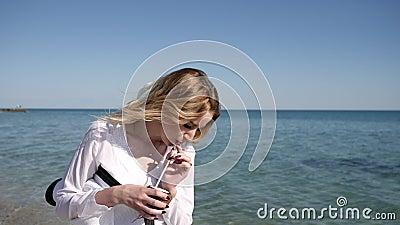 Resto del verano en la costa, hembra hermosa en la playa, días de fiesta almacen de metraje de vídeo