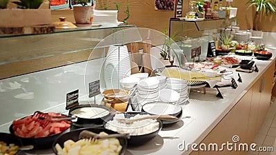 37/5000 restorana van Na van Prigotovleniye het yedy kukhne Koken in de keuken van het restaurant stock video