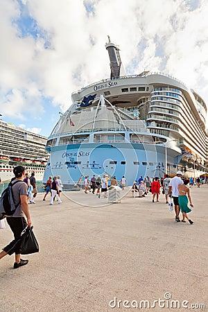 Retorno dos passageiros aos oásis dos mares Fotografia Editorial