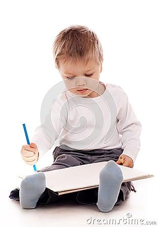Retrait de garçon avec un crayon