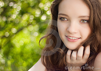 Retrato adolescente bonito da menina ao ar livre