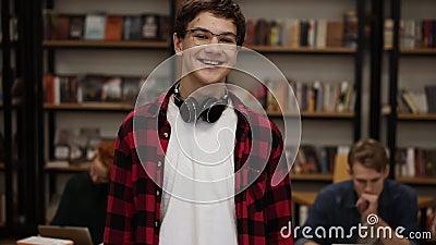 Retrato alegre jovem rindo desfrutando de um sucesso no estilo de vida, sorrindo para uma câmera Homem europeu vídeos de arquivo