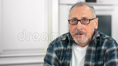 Retrato aproximado de um homem europeu de meia-idade confiante, em óculos, olhando para a câmara filme