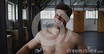 Retrato atlético caucasiano sorrindo para a câmera filme