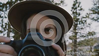 Retrato atmosférico do close-up da menina bonita nova do fotógrafo com câmera que sorri no movimento lento do parque de Yosemite vídeos de arquivo