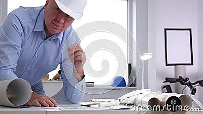 Retrato cansado y agujereado ocupado preocupado del ingeniero en la oficina que mira a la c?mara almacen de metraje de vídeo