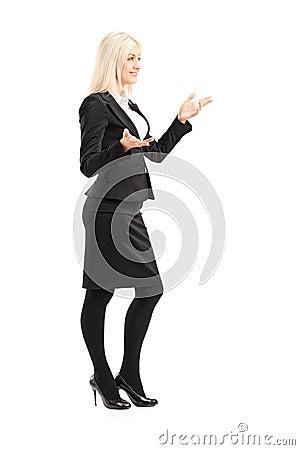 Retrato completo do comprimento de uma mulher de negócios que gesticula com mãos