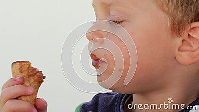 Retrato da criança comendo gelado de chocolate vídeos de arquivo