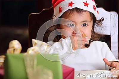 Retrato da criança pequena com olhar intenso