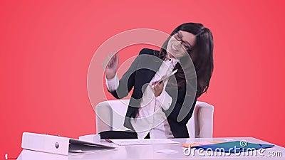 Retrato da mulher de negócio em um terno de negócio Ela ` s que sorri, falando no telefone e nos sinais um contrato video estoque