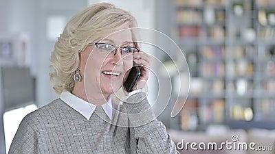 Retrato da Velhice Cheerful falando no smartphone video estoque