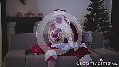 Retrato de antiguos canales caucásicos de cambio de alcohol y búsqueda de alcohol para beber El mal descanso de Papá Noel metrajes