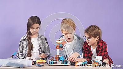 Retrato de crianças cerebrais interessadas em engenharia, montar robôs filme