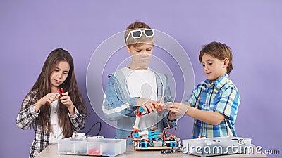 Retrato de crianças cerebrais interessadas em engenharia, montar robôs video estoque