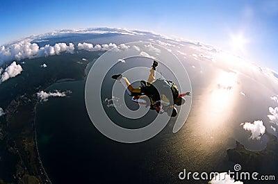Retrato de dos skydivers en la acción