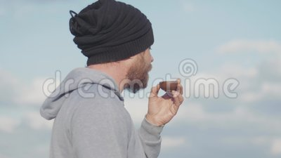 Retrato de hipster con barba tomando té de un bol al aire libre ceremonia del té chino Vídeo de 4k 59 94 fps almacen de metraje de vídeo