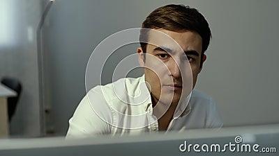 Retrato de la cara del primer del comerciante enfocado serio que mira la acción de la pantalla en línea metrajes