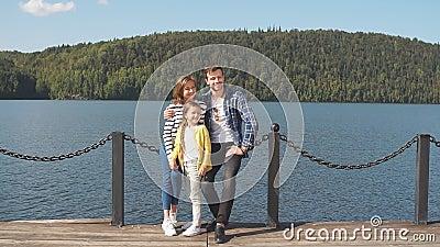 Retrato de la familia feliz: aire libre de la madre, del padre y del niño La familia deportiva hermosa pasa los días de fiesta de almacen de metraje de vídeo