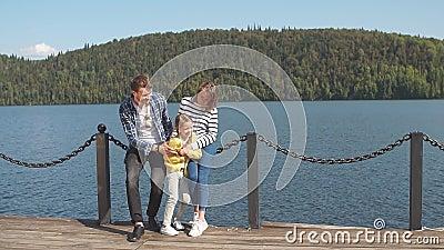Retrato de la familia feliz: aire libre de la madre, del padre y del niño La familia deportiva hermosa pasa los días de fiesta de metrajes