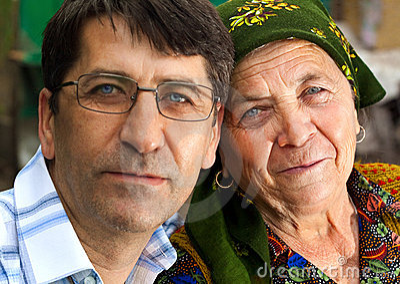 Retrato de la familia - hijo y abuela maduros